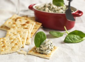 spinach dip with crackers